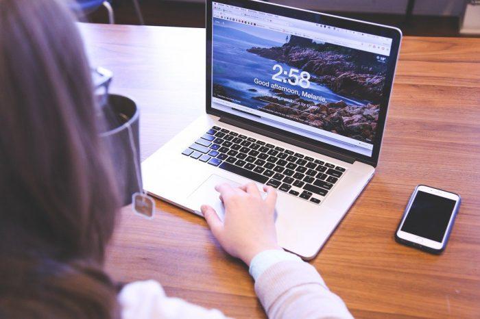 Nainen käyttää Windows 10 screen recorder -ohjelmaa